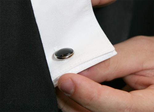 กระดุมข้อมือเชิ้ตด้านในควรโผล่พ้นเสื้อสูทออกมาอย่างน้อยครึ่งนิ้ว |ร้านสูท พพร บริการตัดสูท ชุดสูท