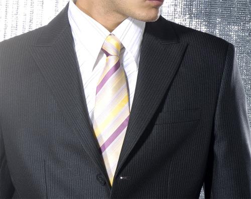 ความกว้างของเนคไทควรพอดีกับความกว้างของปกคอเสื้อ เพื่อรักษาบาลานซ์ของชุดให้พอดี |ร้านสูท พพร บริการตัดสูท ชุดสูท