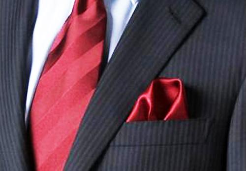 ผ้าเช็ดหน้าที่นำมาพับใส่ในกระเป๋าเสื้อสูทนั้นควรเป็นเนื้อผ้ามัน|ร้านสูท พพร บริการตัดสูท ชุดสูท